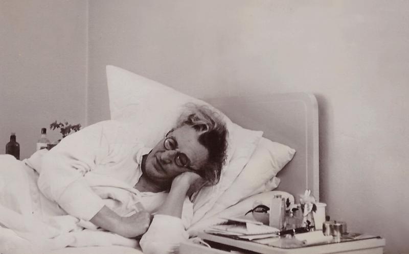 Ernst Penzoldt 1955 im Biedersteiner Krankenhaus, München/Schwabing